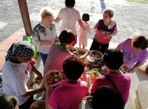 每三个月一次聚餐,团契和祷告。也邀请非信徒。