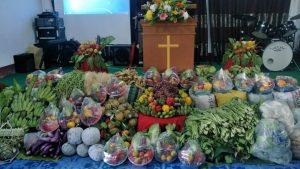 感恩节主日,村民都献上初熟农作物。